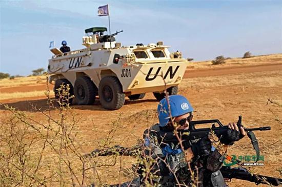 中国赴马里维和部队官兵执行武装巡逻任务。 中国军网 资料图
