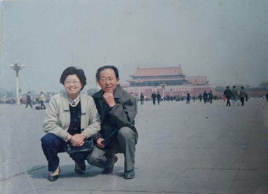十几年前,崔兴礼带曹雪梅去北京玩。澎湃新闻记者 张小莲 翻拍