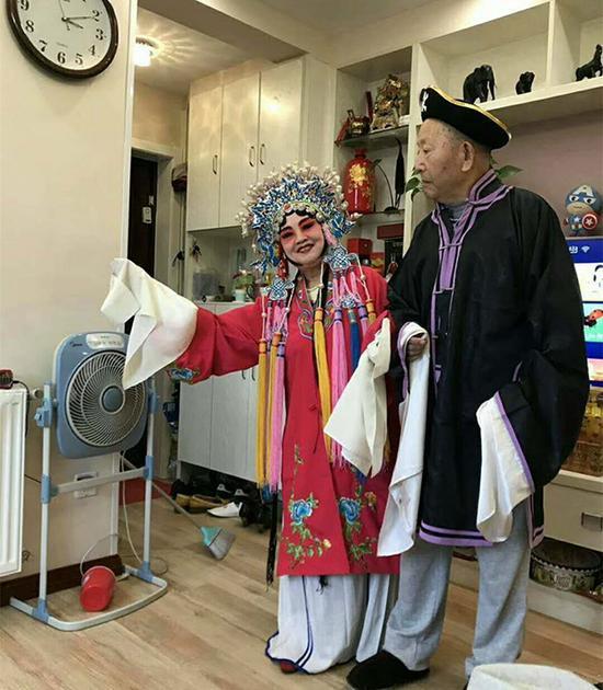 10月4日,曹雪梅在直播中的戏服装扮。受访者供图