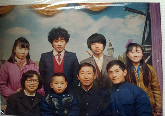 二十多年前,崔兴礼夫妇及四个孩子(后排)的 合影。前排右一是崔的三弟,左二是三弟之子。 澎湃新闻记者 张小莲 翻拍