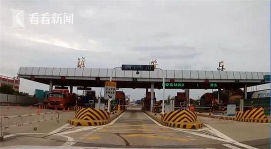 据淮安市交警支队高速一大队民警肖修全介绍,男子不是在正规的车站乘坐长途汽车,而是在站外上车。