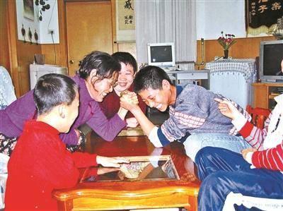 爱心妈妈31年养25个孩子 SOS儿童村难寻继任者