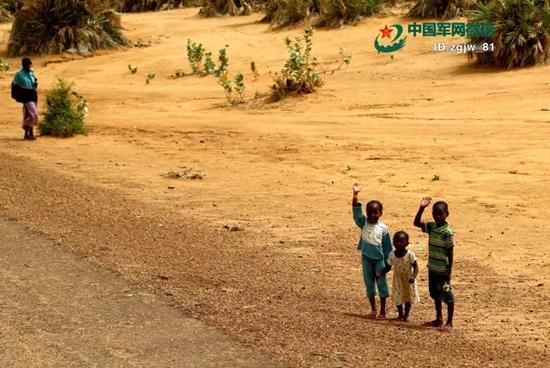 渴望路人施舍食物的儿童。 韩立建 摄