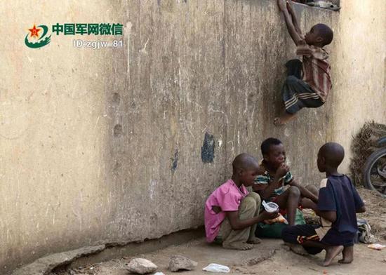 街头乞讨的马里儿童。 韩立建 摄