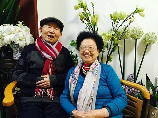 """76岁直播播主""""开心奶奶""""曹雪梅与她的搭档、80岁老伴崔兴礼。受访者供图"""