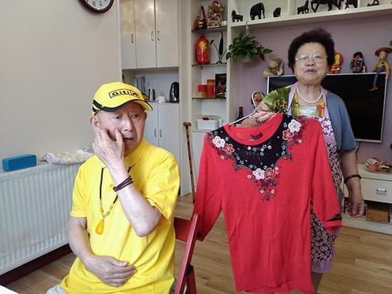 """1993年,崔兴礼花100元为曹雪梅买下的红色针织衫,""""只要是我喜欢的,再贵爷爷都会坚持买。"""" 澎湃新闻记者 张小莲 图"""