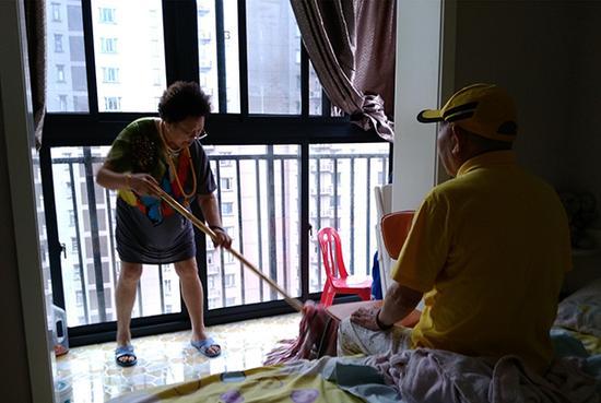 9月27日中午,崔兴礼小便失禁,曹雪梅在拖地清洁。澎湃新闻记者 张小莲 图