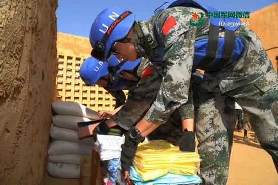 警卫分队官兵将物品送到残疾儿童中心。 韩立建 摄