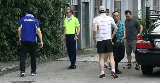 """16日下午,台湾防务部门负责人冯世宽(左二)在上班时间率领各参谋主官爬山,自称""""心安理得""""。(图片来源:台湾《东森新闻云》)"""