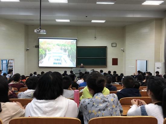 2017年10月12日,宁津生给大一新生讲授《测绘学概论》第一讲