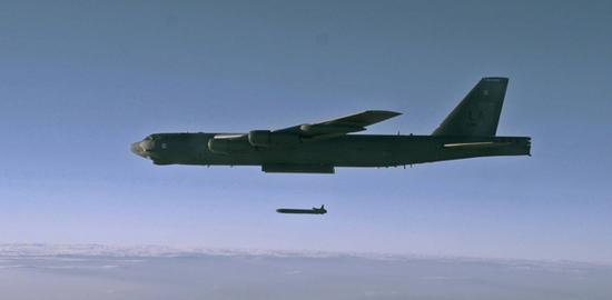 B-52H发射AGM-86巡航导弹。