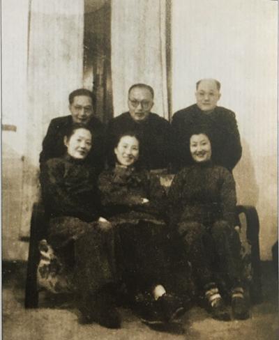 """在武汉丈量制图学院,""""测绘三杰""""与夫人口合影,后排左起王之卓、夏坚白、陈永龄"""