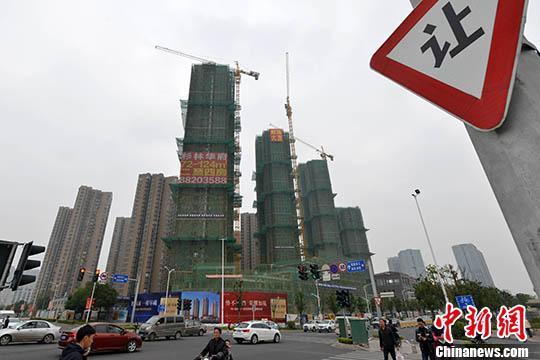 资料图:一处商品房在建中。 中新社记者 吕明 摄a
