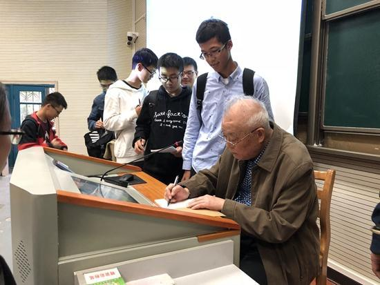 2017年10月12日,授课终了后,宁津生给同砚们署名