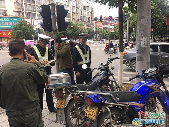 廖云见正在执勤(图左)。 本文图均为 中国江西网 图
