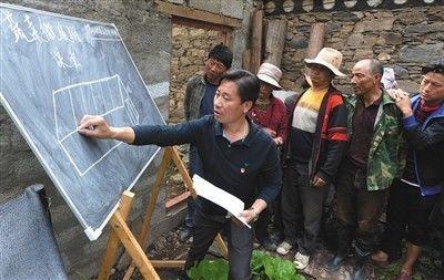 甘孜州雅江县苦乐村,村第一书记为村民解说农业手艺