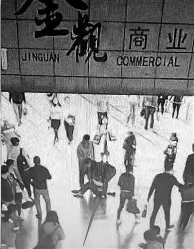 嫌犯被警方抓获(视频截图)