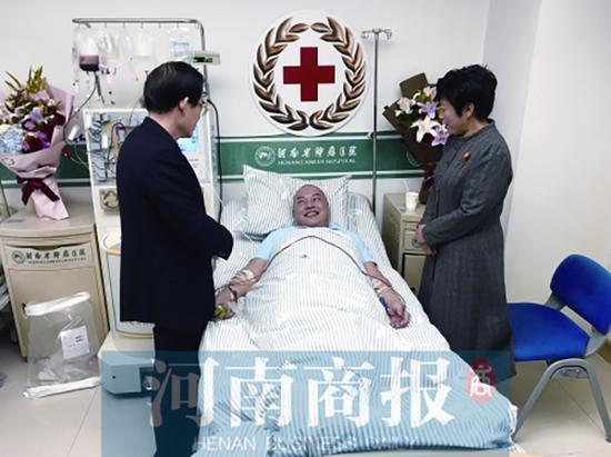郑利昌的同事来医院看望他【捐献】接到初步配型成功的电话他不假思索捐造血干细胞