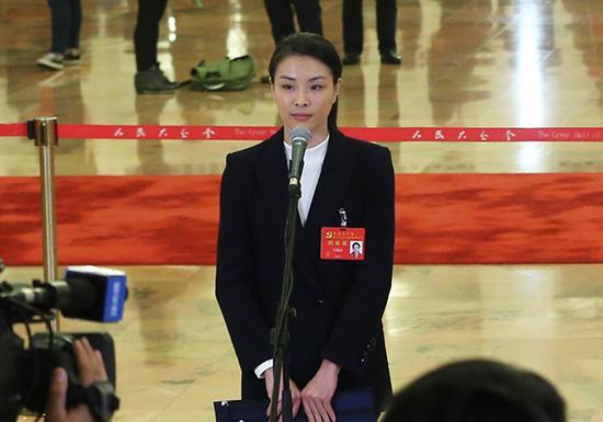 10月18日,中国共产党第十九次天下代表大会在北京人民大礼堂开幕。这是开幕会前,吴敏霞代表接受采访。新华社 图