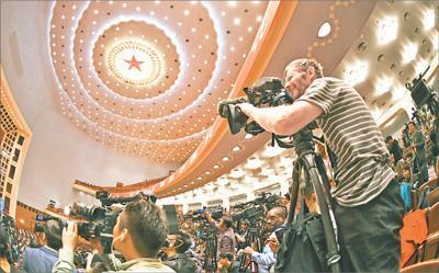 十月十八日,中国共产党第十九次全国代表大会在北京人民大会堂隆重开幕。图为中外记者全神贯注聚焦大会。本报记者 雷 声摄