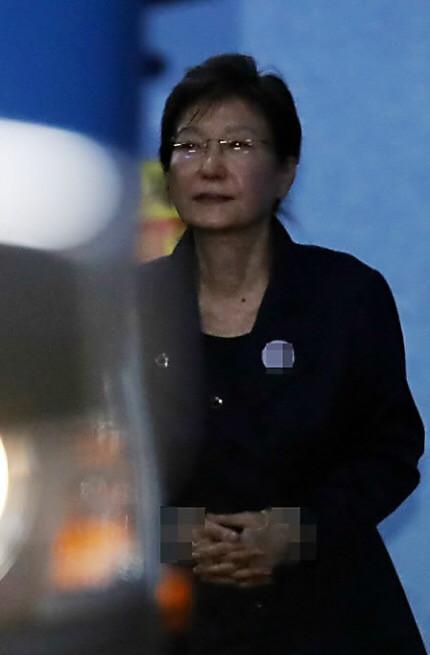 16日,朴槿惠戴眼镜现身法庭,判若两人