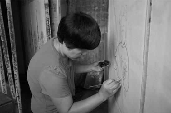 山东高密,王树花正在绘制扑灰年画。受访者供图