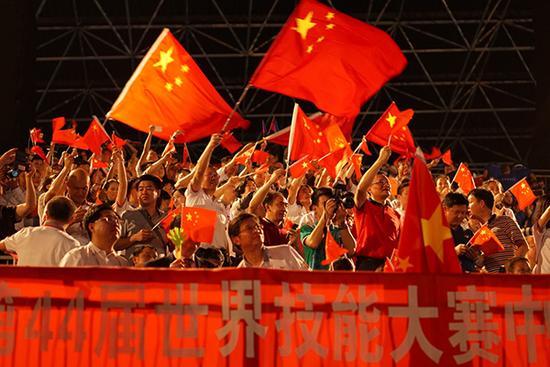 观众们激动地挥舞五星红旗,此起彼伏的欢呼声响彻全场。汹涌新闻记者 忻勤 桑文浩 图