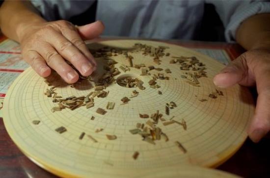 安徽万安手艺人在制作罗盘。