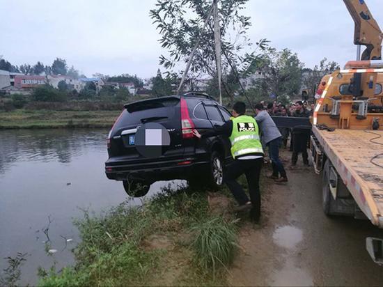 汽车被打捞出水。