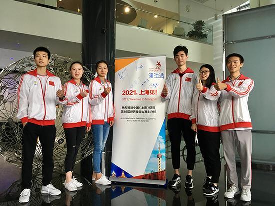 上海六名参赛选手合影。汹涌新闻记者 忻勤 桑文浩 图
