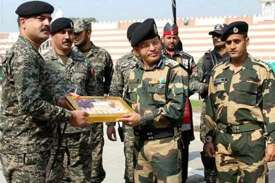 印巴军方互换糖果(图片来源:印度INDIA)