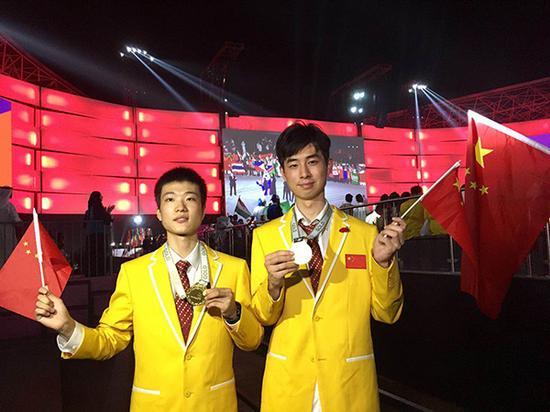 上海选手潘沈涵(右)和杨山巍(左)划分获得花艺和车身修理项目金牌。汹涌新闻记者 忻勤 桑文浩 图