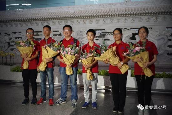 ▲第12届世界数独锦标赛夺冠的中国数独队在机场合影。新京报记者 王飞 摄
