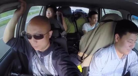 张景的四人团队,三人拍摄,一人开车。