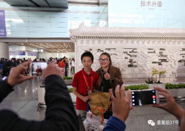▲前来迎接的老师与中国数独队队员在机场合影。新京报记者 王飞 摄