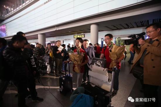 ▲10月20日下午,首都机场,在第12届世界数独锦标赛夺冠的中国数独队归来。新京报记者 王飞 摄