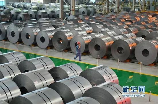 ▲河钢团体邯钢公司之事情职员在钢卷寄存库区内巡视。