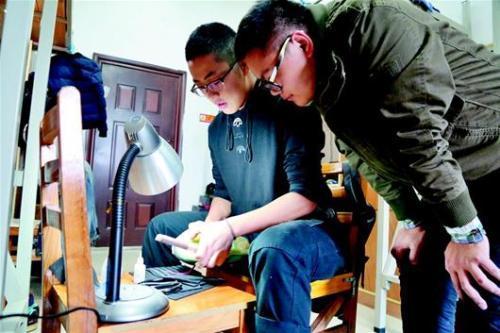 楚天都市报讯 图为:陈泽伟(左)为同学修理球鞋 通讯员肖亚慧摄