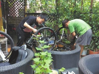 爱好广泛的颜子博在装配自行车。