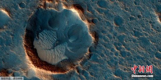 资料图:NASA宣布的火星高清图片,展示了火星南部庞大平原及沙丘的面目。