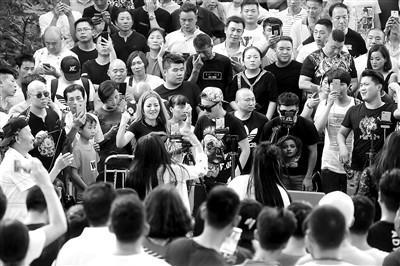 曾经在网络上红极一时的郑州尬舞异常火爆,在线观看人数达上万人