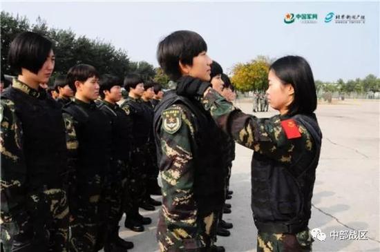 蒋淑珍为战友整理着装。