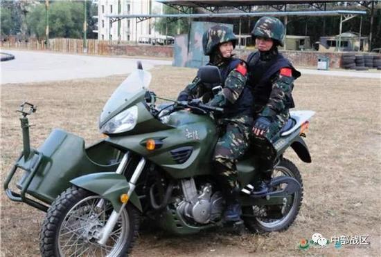 蒋淑珍与战友训练后总结履历。