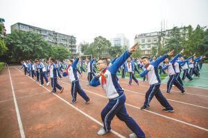 """列五中学初中本部先生正在集中训练""""川剧体操"""""""