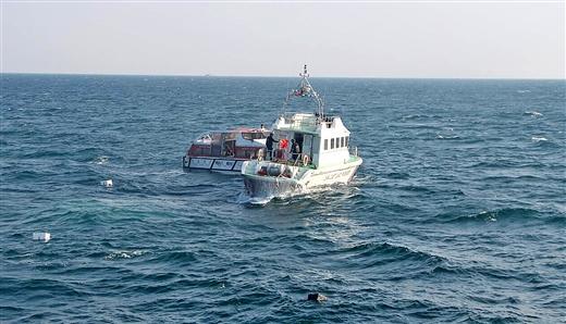 海警4530H摩托艇靠近失控救生艇救援。卢张红 摄