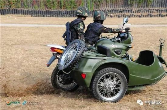 蒋淑珍与战友驾驶摩托车举行180度甩尾飘移。
