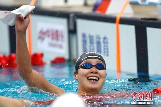 9月2日,天津全运会女子100米仰泳决赛在天津奥林匹克中心游泳跳水馆举行,浙江选手傅园慧以59秒40夺冠。中新社记者 富田 摄
