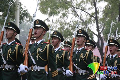 天安门国旗护卫队队员正在唱军歌。中国青年网见习记者马珊摄