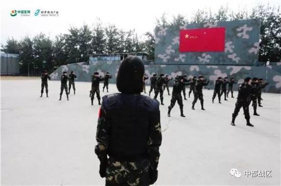 蒋淑珍带领特战女兵们进行格斗训练。