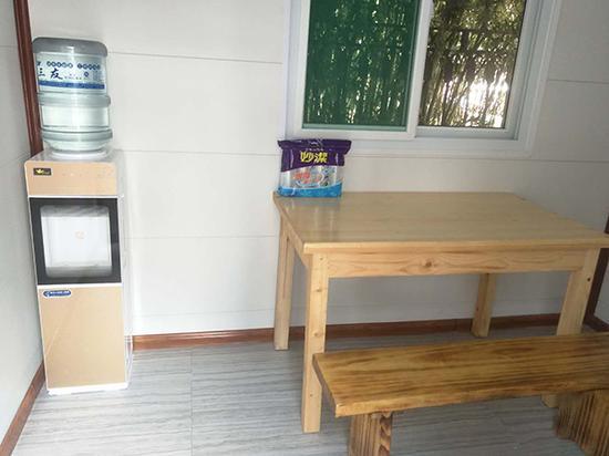 """""""爱心驿站""""内配备有饮水机、桌椅等,随时可为环卫工人供应热水。"""